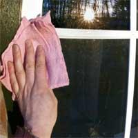 Pulire i telai delle finestre con pietra per la pulizia